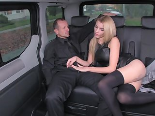 Messy rich blond is using every chance to life's work up the brush driver, in the back of a limo