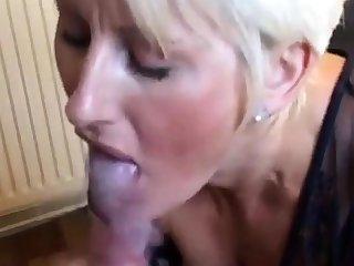 Magnifique femme blonde suce et branle young gentleman mec
