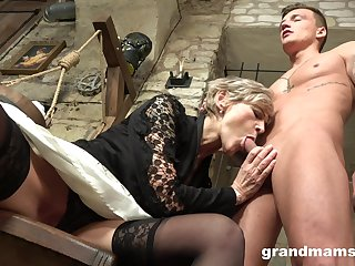 Grey haired mature wrinkled bitch gives her suppliant a tangible blowjob